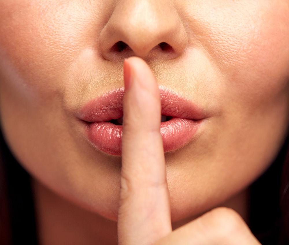 Фото с девушкой с пальцем на губе