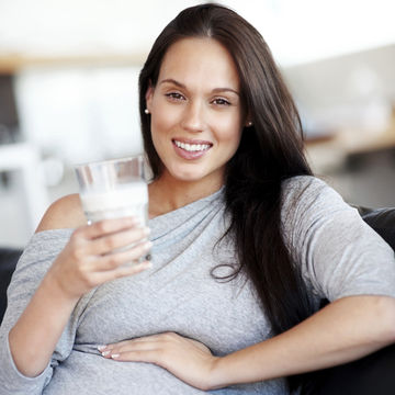 pregnant-woman-drinking-milk_700x700_183535435.jpg