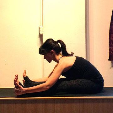 hilaria baldwin 8 easy prenatal yoga poses  fit