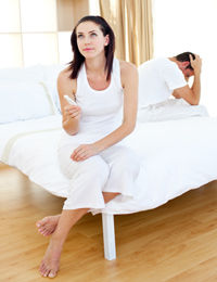 woman-holiding-pregnancy-test