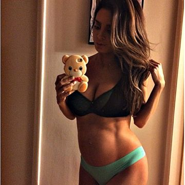 Pregnant Model Shows Off Six-Pack Abs