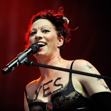 Amanda Palmer Breastfeeds Like a Boss at Book-Signing