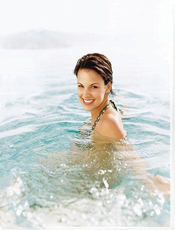 woman-swimming-in-lake