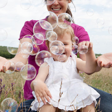 mother-child-bubbles_700x700_Getty-158775813_0.jpg