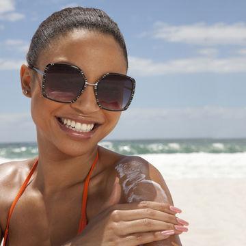 woman rubbing in sunscreen